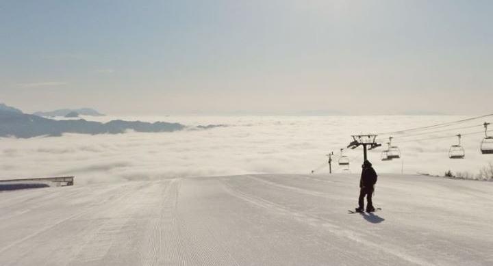 スキー場でスノーボードを楽しむ