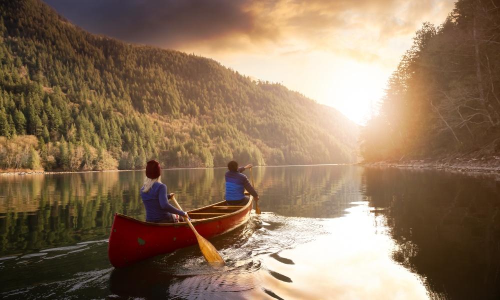 ボートを漕ぐ男女