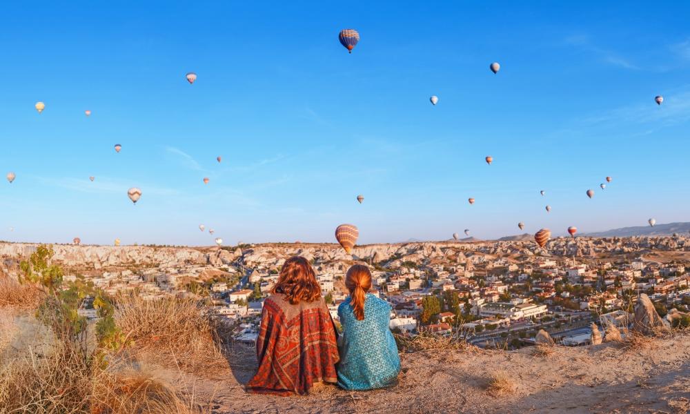 景色を眺める女子二人