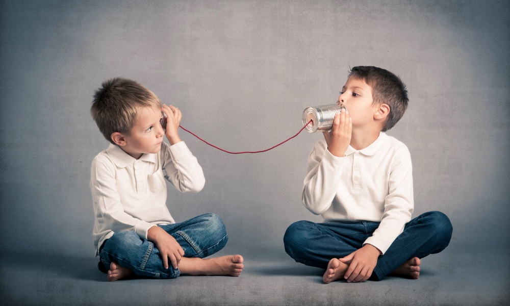 子供たちの糸電話