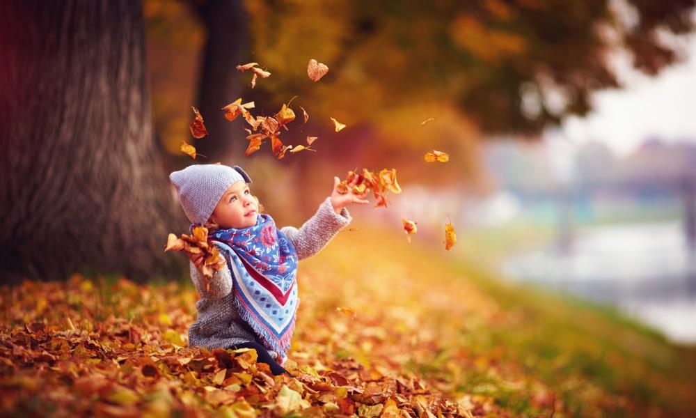 秋の公園で遊ぶ子供