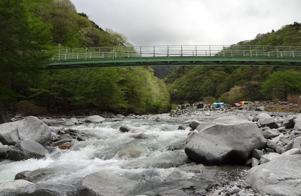 キャンプ場と川