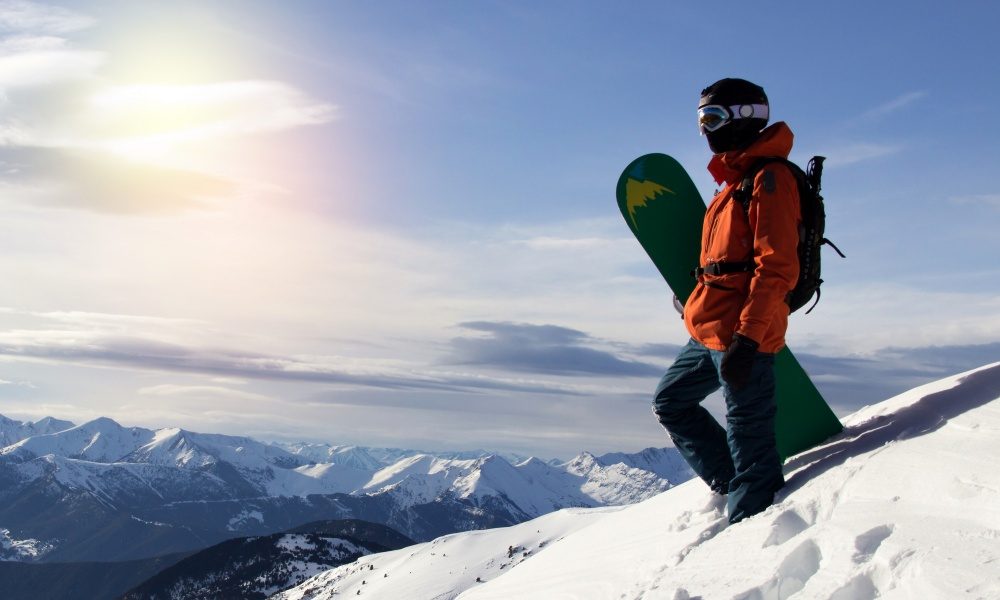 スキー場を歩くスノーボーダー
