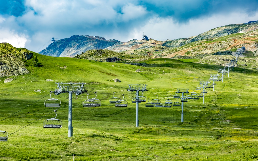 高原のスキー場リフト