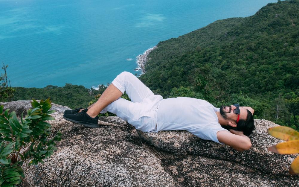 岩の上で寝そべる男