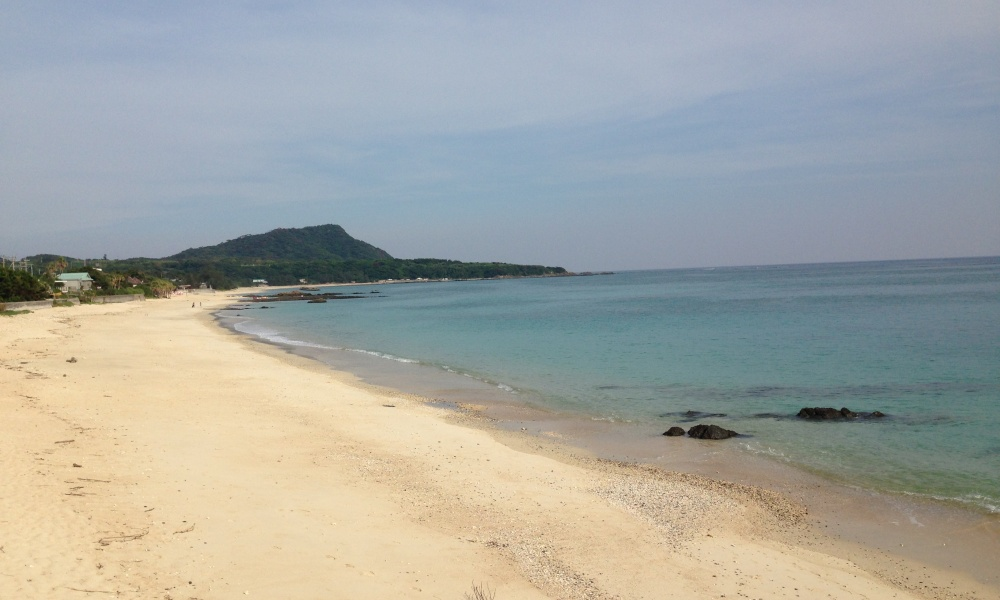 離島から見える海と砂浜