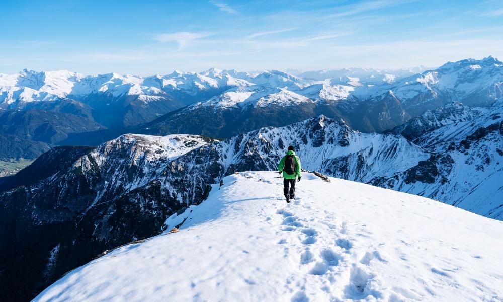 雪山を歩く男