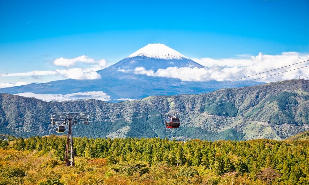 箱根・大涌谷から見えるロープウェイと富士山