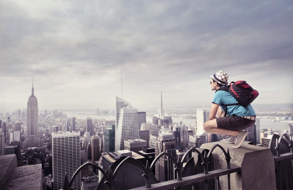 街を眺める旅人