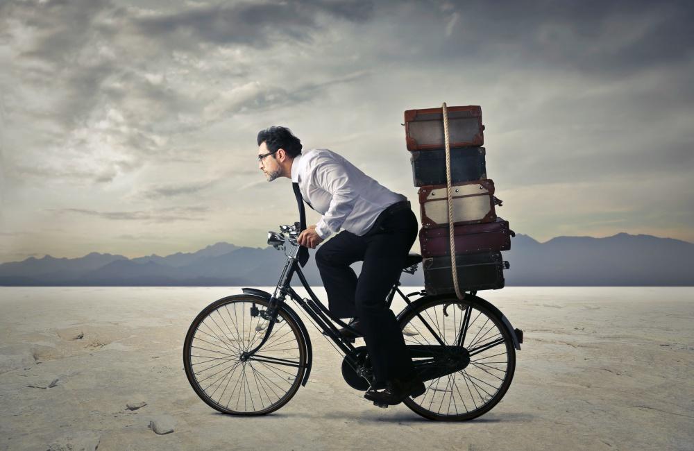 自転車に乗って走る男