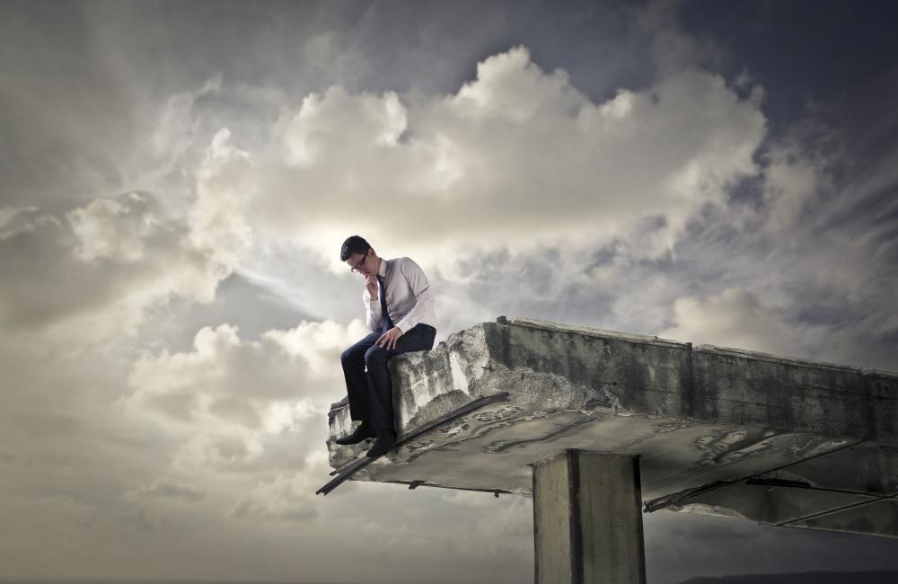 橋の上で悩む男性