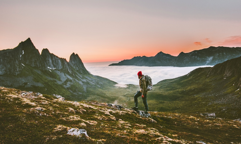 山を登る冒険家