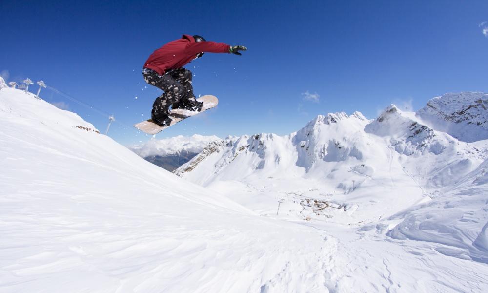 スキー場を滑るスノーボーダー
