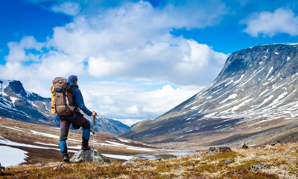 雪山を目指す冒険家