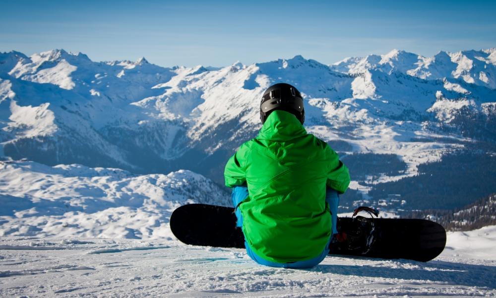 山を眺めるスノーボーダー