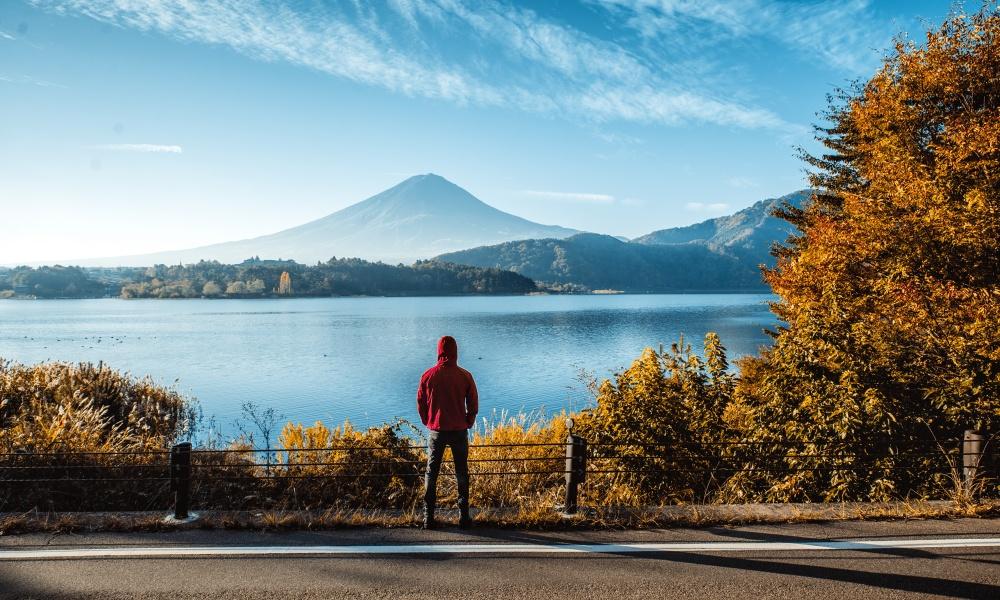富士山を眺める男