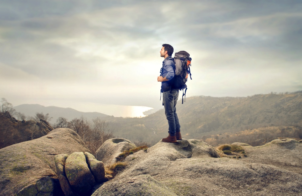 遠くを見つめる旅人