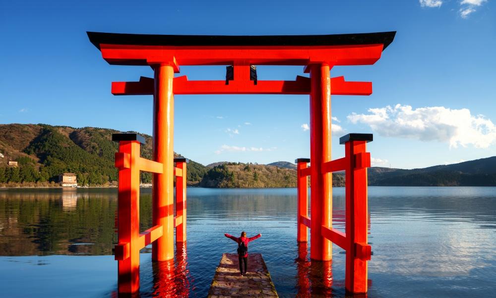 箱根神社の赤鳥居の遊覧客