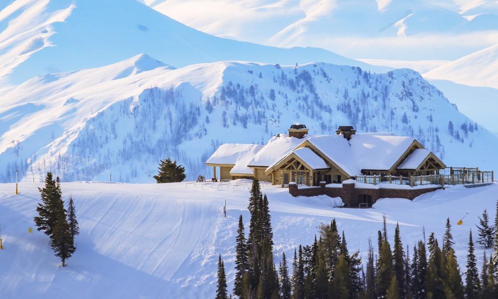 スキー場の中腹にあるホテル