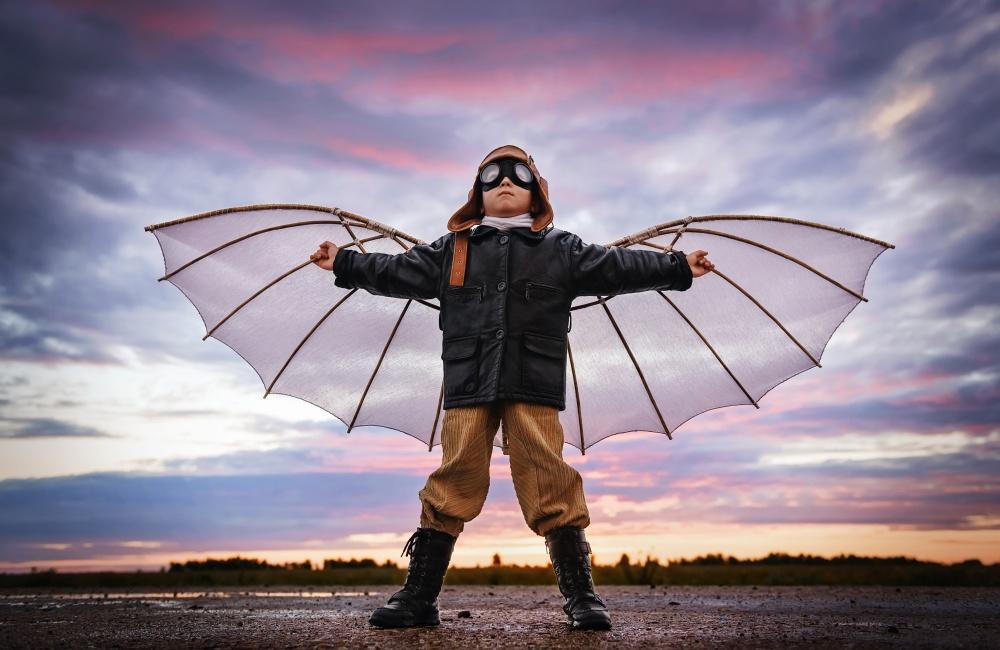 空を飛ぶことを夢見る少年