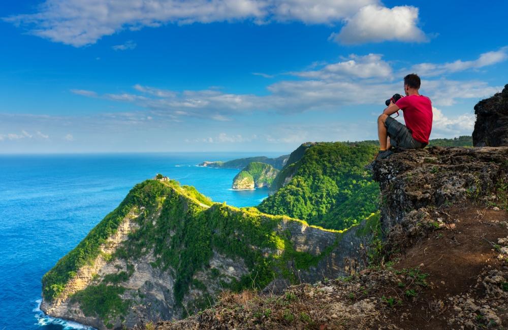 絶景を眺める旅人