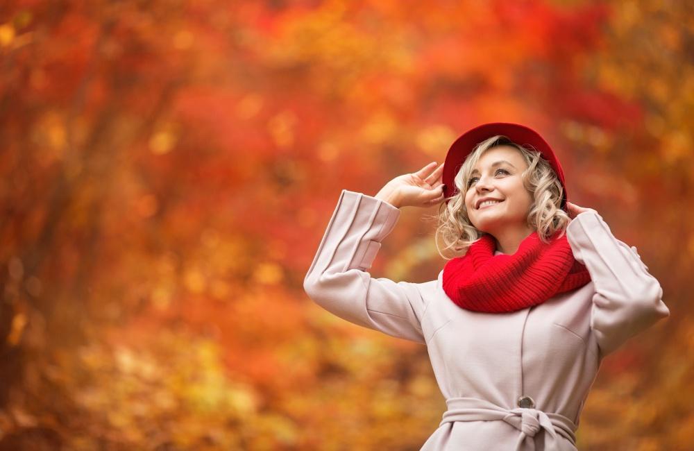 紅葉を楽しむ女性
