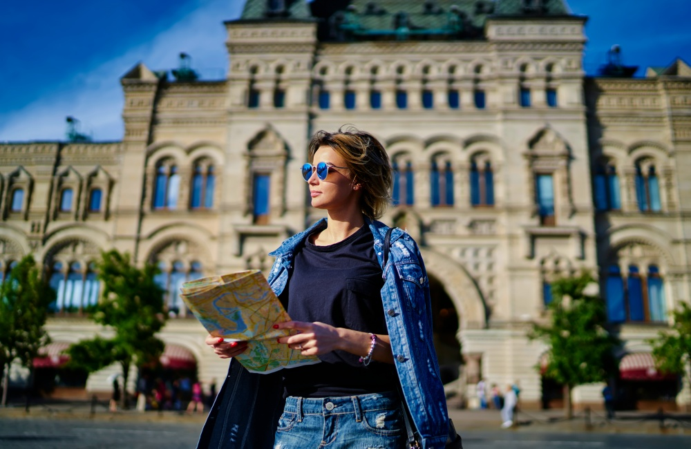 地図を持って旅をする女性