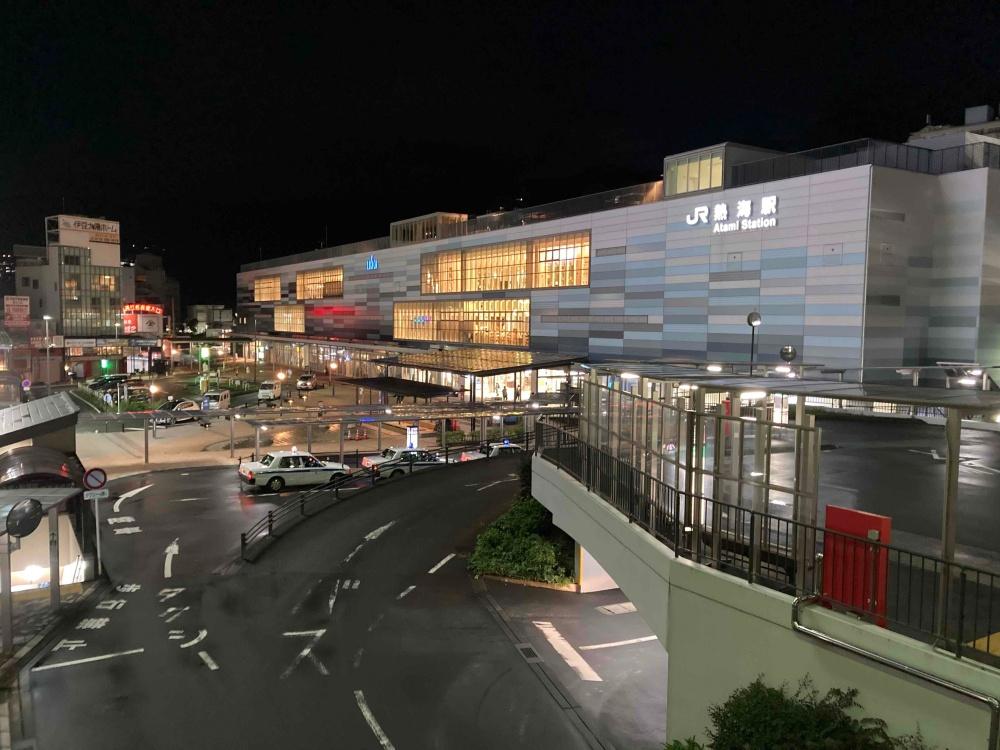 夜の熱海駅